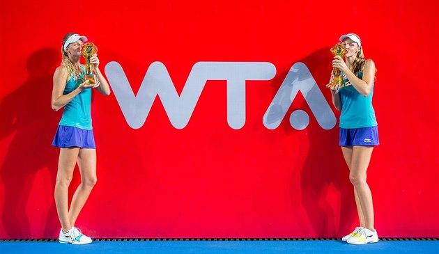 VÍT�ZNÉ SESTRY. Karolína a Kristýna Plí�kovy se mazlí s trofejemi po vyhraném...