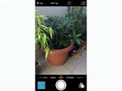 iOS 8 - fotoapar�t nov� umo��uje nastaven� jasu.
