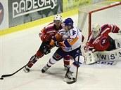T�ebí�ská obrana likviduje úto�ný pokus litom��ických hokejist�.