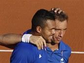 PĚKNĚ, TY KLUKU! Francouzský tenista Jo-Wilfried Tsonga chválí parťáka Richarda...