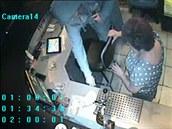 Lupi� vb�hl za bar a ukradl peníze.