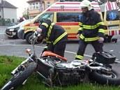 Motorká� si vá�n� poranil hlavu a zlomil si nohu.