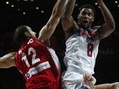 Srbští basketbalisté se snaží zastavit útok Rudyho Gaye ze Spojených států.