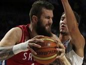 Srbský basketbalista Miroslav Raduljica se snaží udržet míč ve finále...