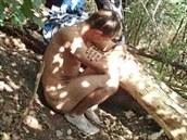 Pra��tí strá�níci zadr�eli mladého mu�e, který nahý onanoval na strom� v...