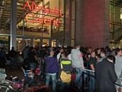 Fronta �ekající na zahájení prodeje iPhone 6 v Drá��anech