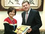 Náměstkyně Ministerstva školství Čínské republiky Tchaj-wan Lucia S. Lin s rektorem Univerzity Hradec Králové Josefem Hynkem.
