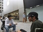 Fanou�ci Applu �ekají v Tokiu p�ed obchodem na zahájení prodeje nových iPhon�