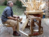 Snem Martina Holuba je vytvořit ze dřeva funkční kolotoč.