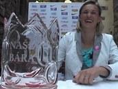 O�t�pa�ka Barbora �potáková má radost z koruny vyvedené z pivního skla.