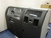 3D tiskárna 3D Systems ProJect 660 Pro. V levé části probíhá tisk (a kamera...