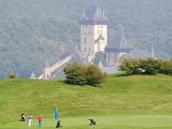 Malebné prost�edí. Golfisté, kte�í hrají na h�i�ti Golf Clubu Karl�tejn, se...