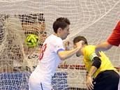 Michal Belej dává gól v utkání �eské futsalové reprezentace proti Madarsku.