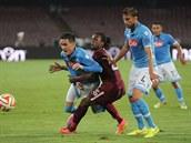 NEPROJDE�. Spar�anský obránce Costa se sna�í zastavit neapolského úto�níka...