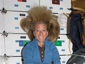 A takhle vypadají v beztížném stavu vlasy Karen Nybergové, když uschnou.