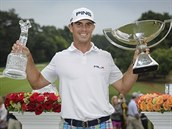 Americký golfista Billy Horschel s trofejemi pro vít�ze turnaje v Atlant�.
