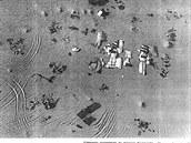 Letecký pohled na místo nehody poté, co vyšetřovatelé začali jednotlivé kusy...