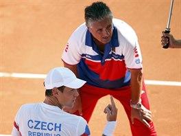 �esk� tenista Tom� Berdych se bav� na lavi�ce s kapit�nem Jaroslavem...