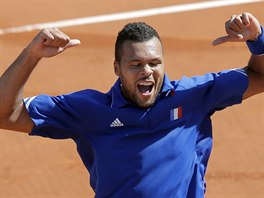 Francouzsk� tenista Jo-Wilfried Tsonga se raduje z v�t�zstv� nad Rosolem v...