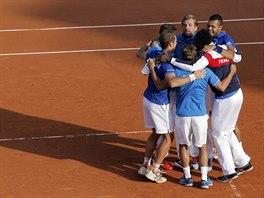 Francouzští tenisté slaví postup do finále Davis Cupu po výhře nad Českem.