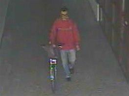 Muže i s ukradeným kolem zachytila bezpečnostní kamera (23.8.2014)