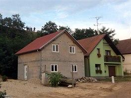 Domy ve Strachotíně, ze kterých byly evakuováni lidé kvůli hrozícímu sesuvu...