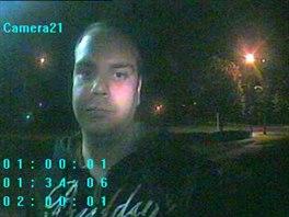 Policisté získali i fotografii muže, který s nožem v ruce přepadl hernu na...