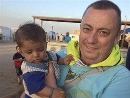 Alan Henning na snímku z podzimu loňského roku, kdy pomáhal v uprchlických...