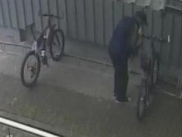 Zloděj v akci - pákovými nůžkami přestřihává zámek kola.