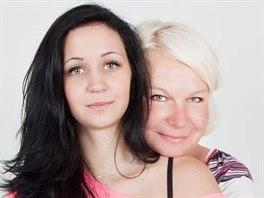 Simona Vlkov� se sv�mi dcerami devaten�ctiletou B�rou dvouletou Eli�kou. (foto...