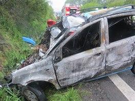 Nehoda u Kněžnic na Jičínsku, při které se čelně srazila dvě auta. (květen 2014)
