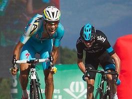ZÁVĚREČNÝ BOJ. Fabio Aru (vlevo) a Chris Froome spurtují o vítězství v osmnácté