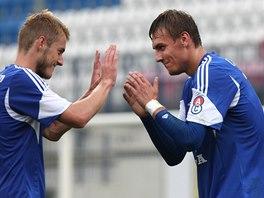 Jakub Plšek (vlevo) a Tomáš Chorý z Olomouce se radují z gólu.