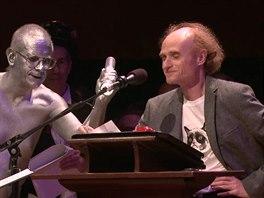 """Profesor Jaroslav Flegr přebírá Ig Nobelovu Cenu v kategorii """"Veřejné zdraví""""...."""