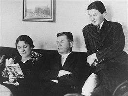 Tomáš Baťa mladší s maminkou Marií a otcem Tomášem v jejich zlínské vile.