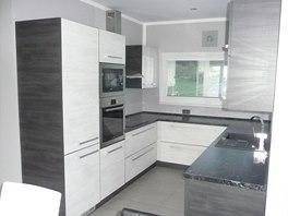 Kuchyň je navržená ve tvaru písmene U.