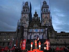 Alberto Contador si vychutnává svůj triumf na Vueltě před chrámem v Santiagu de...