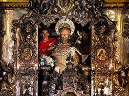 Alberto Contador si zapózoval v oltáři chrámu v Santiagu de Compostela.