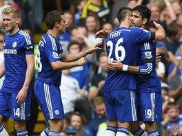 MODR� RADOST. Fotbalist� Chelsea oslavuj� jednu z tref Diega Costy (vpravo) v...