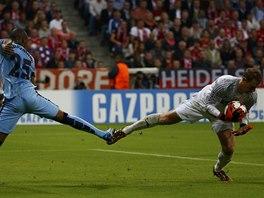 BALET V MNICHOVĚ. Brankář Manuel Neuer z Bayernu chytá míč před Fernandinhem z