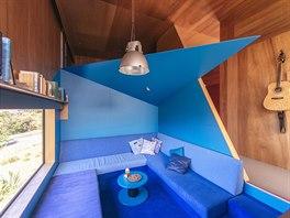 Modrá barva na sedacím nábytku, koberci na podlaze, stěnách i stropním podhledu...