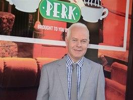 James Michael Tyler před replikou kavárny Central Perk ze seriálu Přátelé (New...