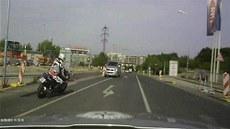 Honi�ka policie s motorká�em