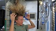 Astronautka Karen Nybergová ukazuje, jak si myje vlasy ve stavu beztí�e na...