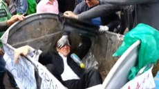 Ukrajinský poslanec Vitalij �uravskyj skon�il v popelnici poté, kdy jej tam v...