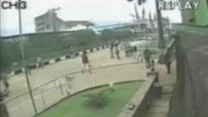 Kamera zachytila z�ícení kostela v nigerijském Lagosu. P�i nehod� zem�elo více...