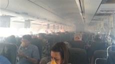 Cestující v letadle, kterému se krátce po startu z leti�t� v Long Beach...