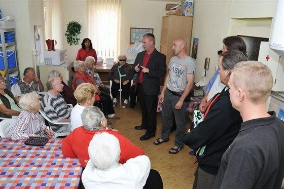 Obyvatel� pe�ovatelsk�ho domu v Hr�dku nad Nisou se letos kone�n� oh�ej�