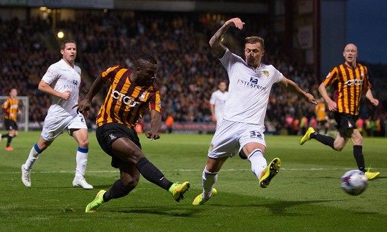 Fotbalisté Leedsu (v bílém)  v duelu Ligového poháru s Bradfordem.