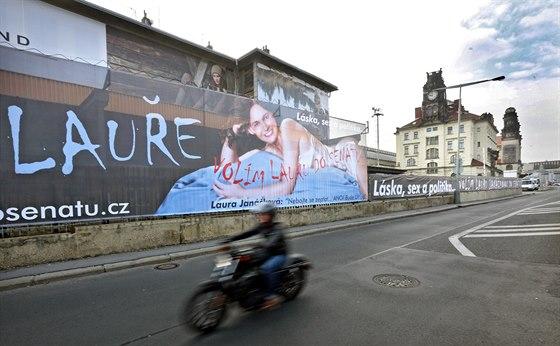 Předvolební billboard Laury Janáčkové u Hlavního nádraží v Praze.